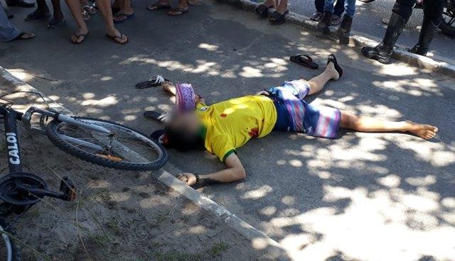 Vídeo: Homem é assassinado quando caminhava com mulher e criança; suspeitos detidos na hora pela PM