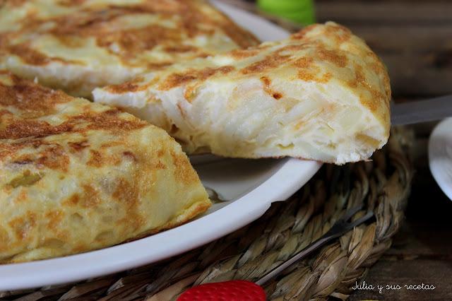 Tortilla de patatas con cebolla. Julia y sus recetas