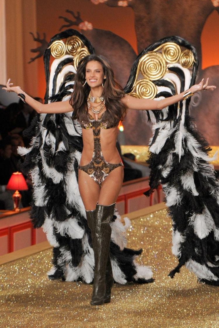 Alessandra Ambrosio: Đôi cánh thiên thần Victoria's Secret 17 năm cuối cùng cũng hạ xuống -11