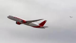 El Ministerio de Transporte de la Nación oficializó la concesión a la aerolínea colombiana que sorteó el conflicto de intereses planteado por la oposición.