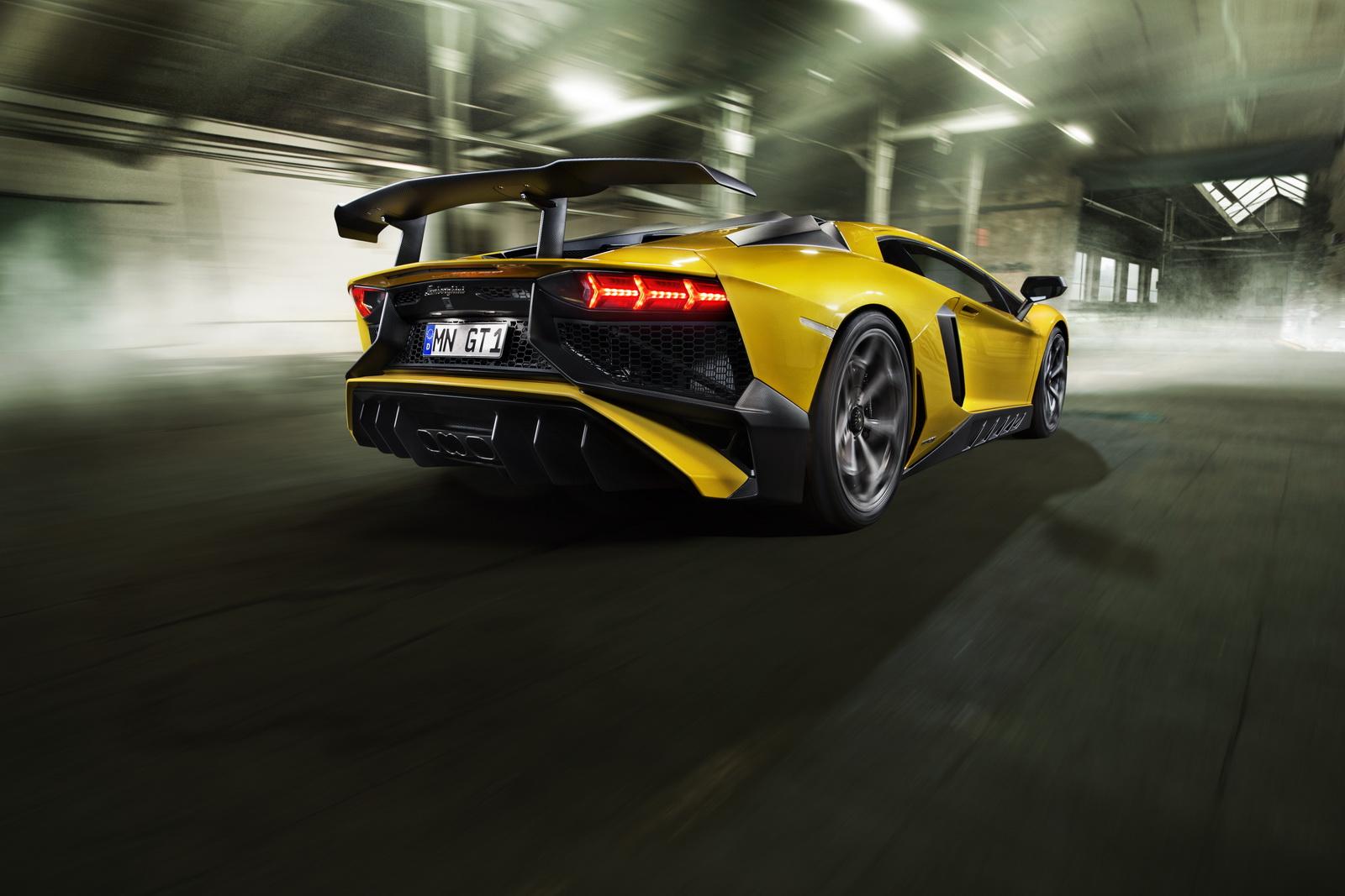 Cánh gió của xe được làm bằng carbon siêu nhẹ, giúp xe phong cách và ổn định hơn