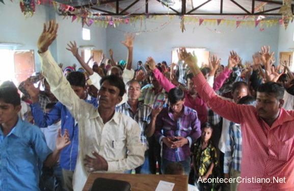 Cristianos adorando iglesia en India