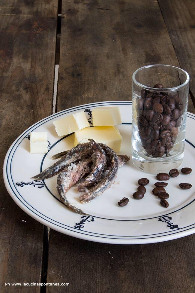 Foto con gli ingredienti di risotto burro e acciughe