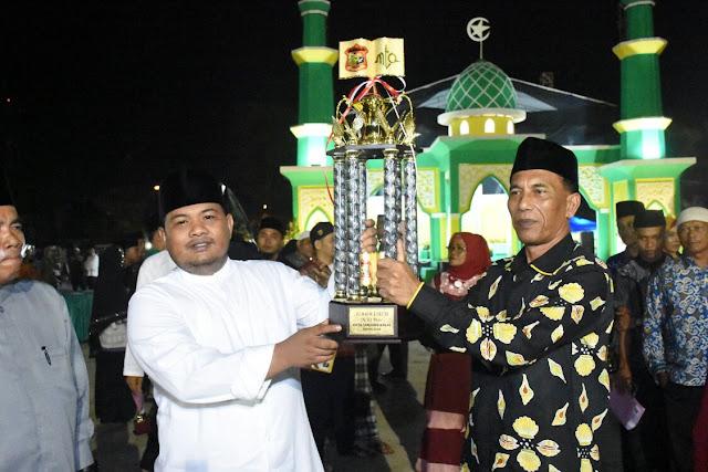 Walikota Tanjungbalai H M Syahrial menyerahkan pala bergilir kepada Juara Umum MTQ ke 50 yang diterima oleh Camat Teluk Nibung, Kota Tanjungbalai.