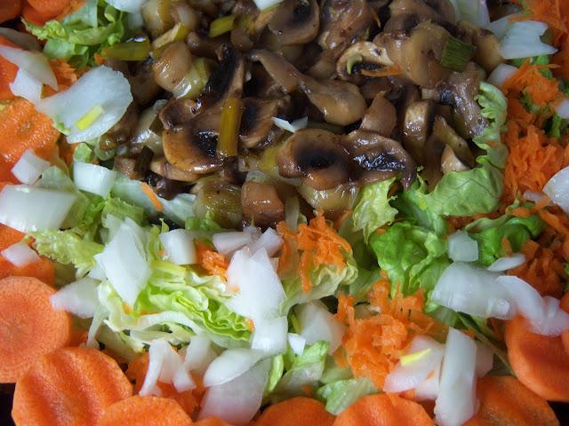 Ensalada de champiñones al limón con lechugas, cebolla, zanahoria, ajetes y puerros