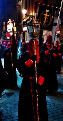 Farol y estandarte de la cofradía de la Redención. Domingo de Ramos. León. Foto G. Márquez.