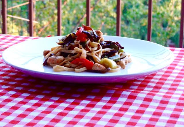 Przepis na chińskie danie - Chow Mein z kurczakiem i warzywami