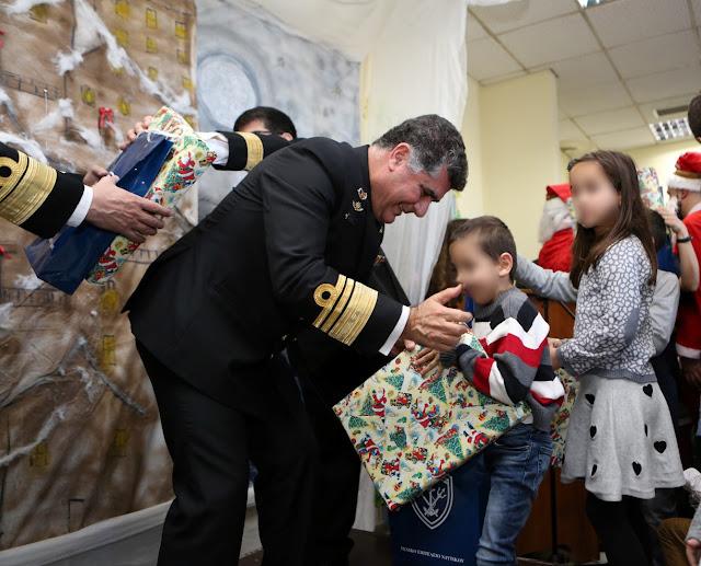 Αρχηγός ΓΕΝ: Ο Νικόλαος Τσούνης μοίρασε δώρα στο ΚΕΦΠ - ΦΩΤΟ
