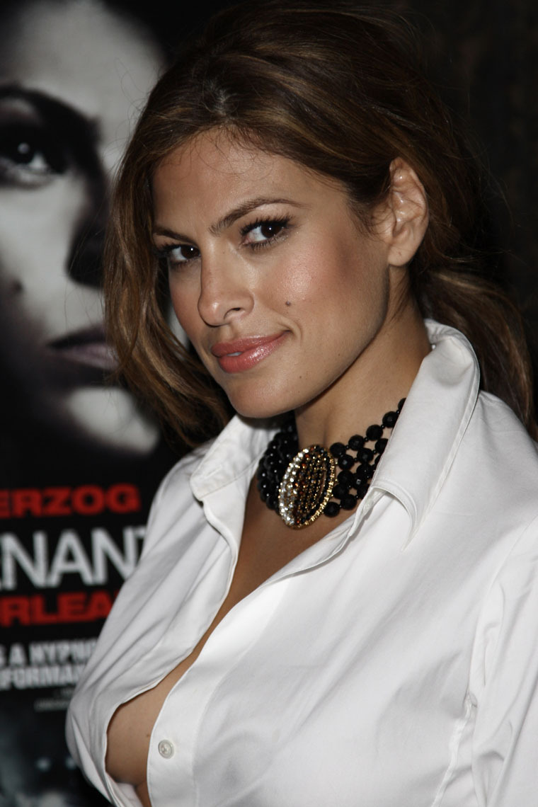 Minicreazioni: Eva Mendes Braless And Nipple Slip Pictures