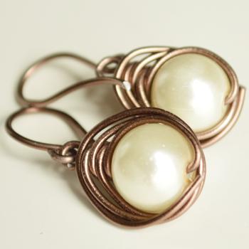 http://www.cocoatutoriales.blogspot.com.es/2014/08/pendientes-faciles-con-alambre-y-perlas.html