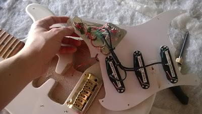 Regulagem, reparo, manutenção, luthieria.