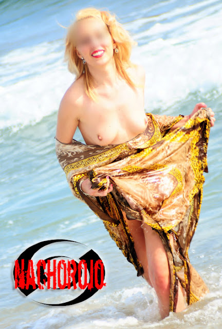escort en topless jugando el la orilla de la playa