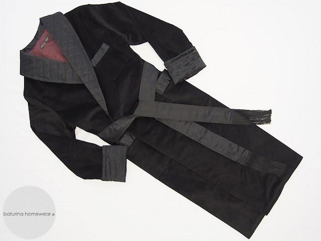 Langer wärmender schwarzer Samt Hausmantel mit gestepptem Schalkragen für den stilvollen Herren.