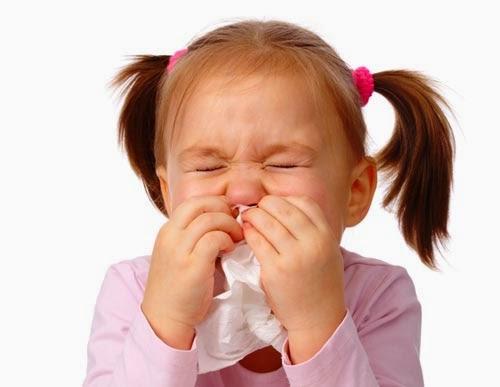 Pilek sebagian besar disebabkan oleh rhinovirus dalam tetesan tak terlihat di udara yang kita hirup atau pada hal-hal yang kita sentuh. Lebih dari 100 jenis rhinovirus berbeda dapat menyusup kelapisan pelindung hidung dan tenggorokan, memicu reaksi sistem kekebalan tubuh yang dapat menyebabkan sakit tenggorokan dan sakit kepala, serta membuat sulit untuk bernapas melalui hidung.
