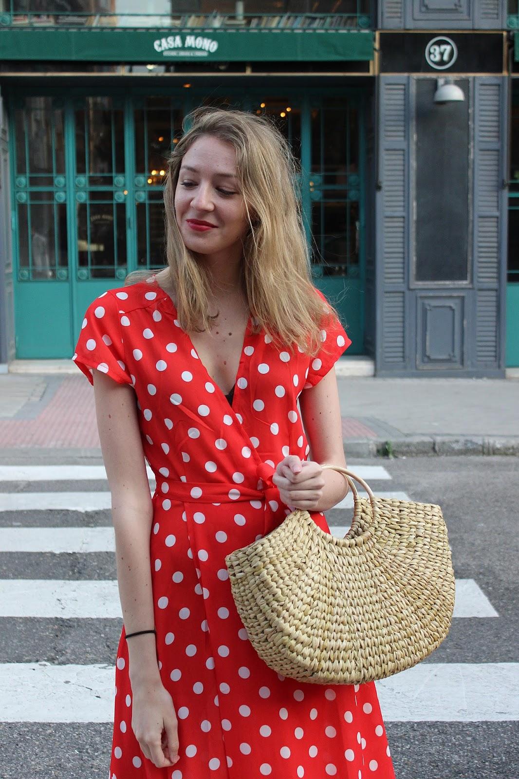 vestido rojo lunares bolso rafia zara street style look