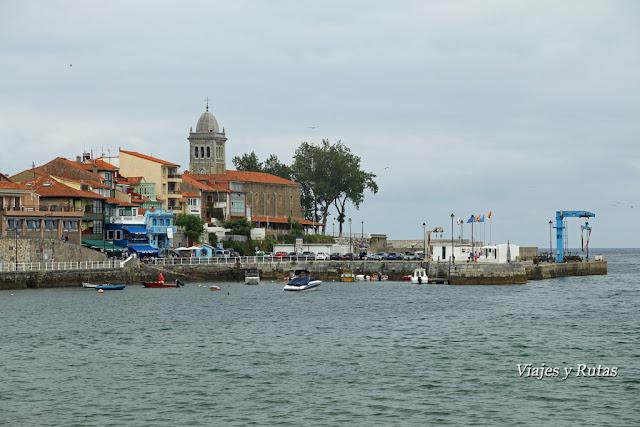 Puerto de Luanco con la Iglesia de Santa María al fondo