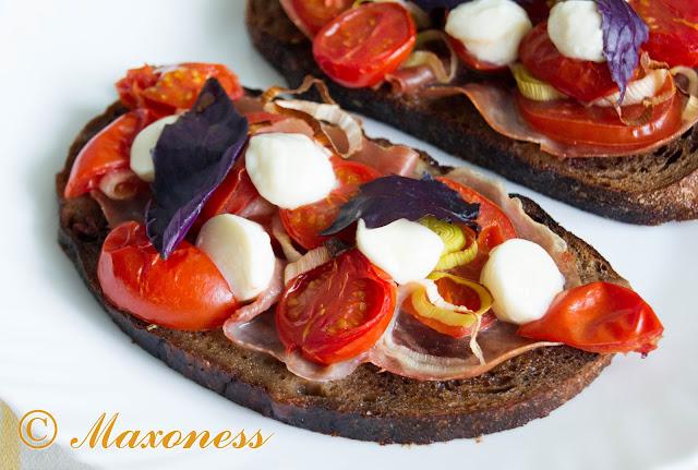 Брускетта с томатами и ароматным маслом