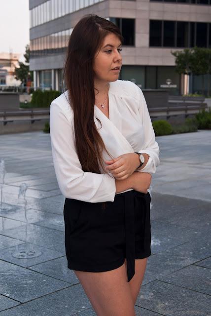 Biała kopertowa koszula
