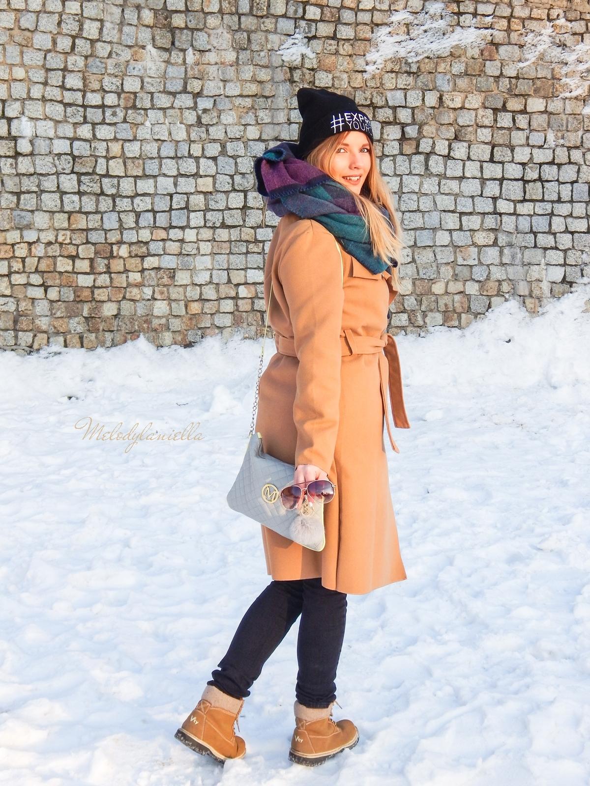 12  melodylaniella wełniany piaskowy beżowy karmelowy wielbłądzi płaszcz stylizacja na zimę białe dodatki torebka manzana trapery deichmann czepka bellissima duży szal okulary street style