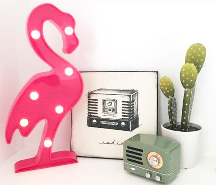 Inspiração de decoração com quadro, cacto e luminária led de flamingo