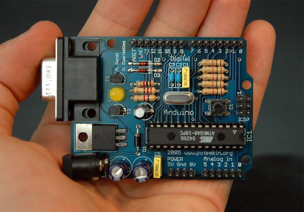 一台早期的 Arduino 板,Nicholas Zambetti 分享於 http://www.arduino.cc/ CC by 3.0