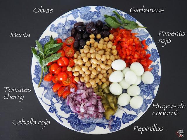 Fresca ensalada de garbanzos, langostinos y verduras con vinagreta de mostaza