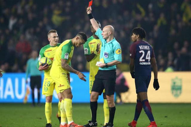 """Trọng tài đạp cầu thủ, rút thẻ đỏ: """"Băng đảng"""" PSG - Neymar chi phối?"""