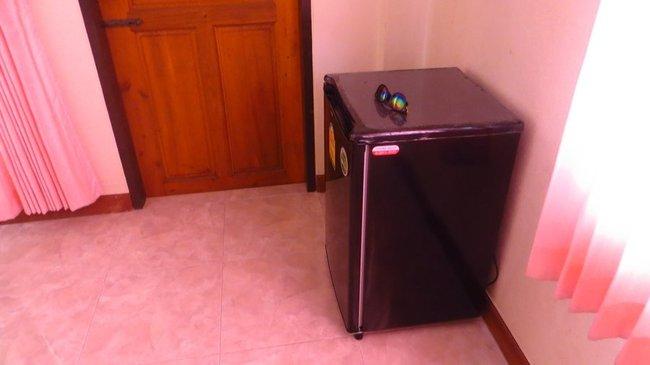 Маленький холодильник отеля