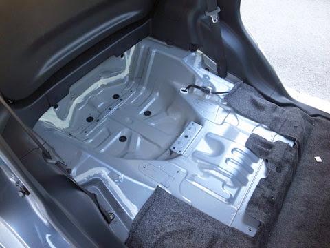 ムーヴカスタムla100s後期フロアのデッドニング&静音 流石軽自動車シートを外すと制振材での処理はゼロです。