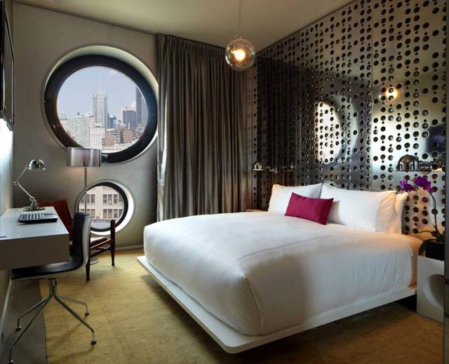Phòng ngủ với tầm view nhìn ra thành phố cùng 2 ô cửa sổ hình tròn