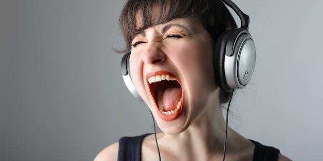 Mengapa Kita Cenderung Berbicara Keras Ketika Menggunakan Earphone ?