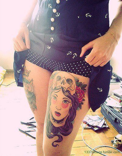 chica se levata falda y vemos tatuaje old shool para mujer en la pierna