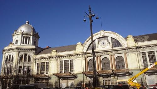 Su blanca fachadada, con arco y reloj sobre el tejado, está flanqueada por dos terreones con cúpulas.