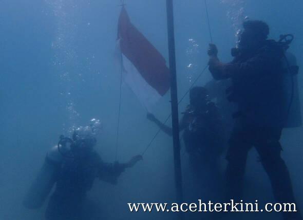 Kodim 0109 Kibarkan Merah Putih di Laut Singkil