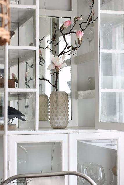 annelies design, webbutik, webbutiekr, webshop, nätbutik, magnolia, konstgjorda, blomma, blommor, vitrinskåp, medicinskåp, skåp, möbler, kök, köket, vas, bubbles,