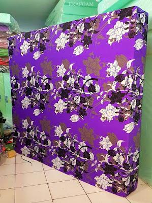 Kasur inoac dengan corak motif bunga manohara ungu