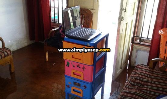 LEMARI :  Saya menggunakan loker baju yang saya fungsikan sebagai meja kerja atau meja belajar di tengah kondisi rumah kebanjiran. Memang tidak nyaman namun setidaknya aktifitas ngeblog tetap lancar.  Foto Asep Haryono