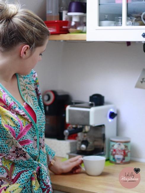 Seamwork Almada ist ein Schnitt mit dem man einfach einen Kimono-ähnlichen Morgenmantel selbernähen kann. Der Schnitt für Damen ist in einer weiten Eggshape-Kontur, halblang und mit einem raffinierten Gürtel geschlossen.