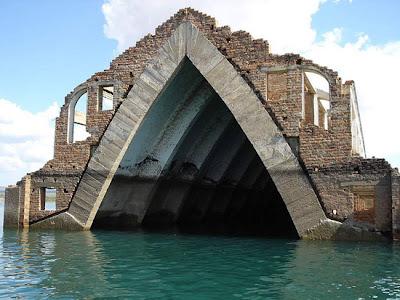 Bonita Iglesias abandonada y sumergida en el agua