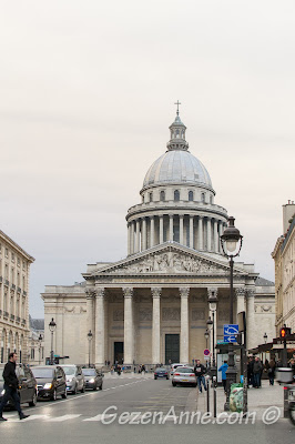 Paris Pantheon binası çok büyük ve gösterişli