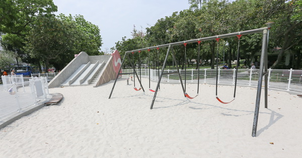 台中西屯|福星公園|冰淇淋磨石子溜滑梯|沙坑|粉紅體健設施|小橋流水|特色公園|親子|12感官遊具