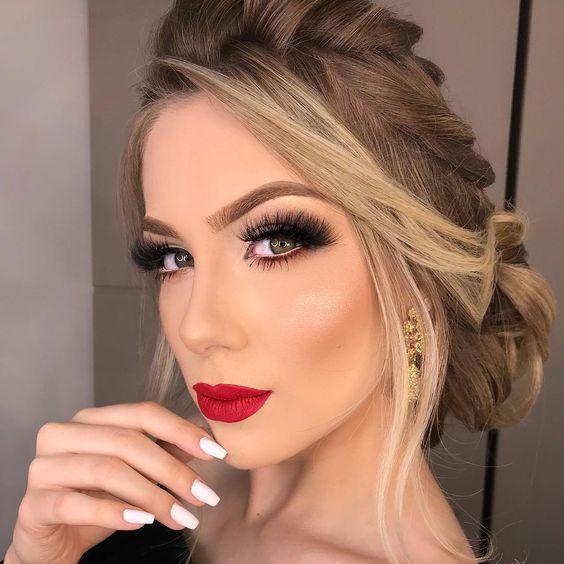 Não importa a ocasião, o batom vermelho faz uma declaração. É chique, elegânte e tem feminilidade. Vermelho combina com tudo e fica bem em todas. Seja no trabalho, em um jantar, em uma noite de garotas ou nos feriados, você pode usar batom vermelho em qualquer ocasião e ficar ainda mais linda e sexy. Esta é uma das cores mais universais de batom e te deixa muito poderosa. #batom #tips #lips #vermelho #maquiagem #makeup #make  #beauty #woman #red