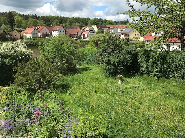 Vorgarten mit Blick auf Dorfweiher