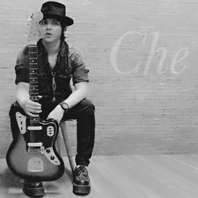 """Biografi Cupumanik  Pada tahun 1996 band Cupumanik ini terbentuk, Che (vocal) dan Iyak (bass) adalah yang pertama menemukan dan mendirikan band ini. Bandung adalah kota yang ditakdirkan untuk mempertemukan para personelnya dan membesarkan band ini. Pada awal kemunculannya di kota Kembang Bandung, Cupumanik tampil sebagai band cover song lagu-lagu semacam: Pearl Jam, Stone Temple Pilots, Soundgarden, Bush, Live, Silverchair, Foo Fighters sampai Alice in Chains.  Tepat ketika musik grunge sedang bergulir di era itu, Cupumanik mulai dikenal sebagai bintang tamu di banyak acara musik grunge, sebut saja acara grunge pertama dan terbesar di Bandung yang sangat fenomenal yaitu """"Grungy"""", di event tersebut Cupumanik menarik banyak perhatian dari publik musik Bandung. Setelah itu mulailah merambah job manggung ke kampus-kampus, pensi, off-air radio dan cafe yang sengaja membuat event seperti """"99% Grunge"""", """"Seattle Sound Nite"""".     Di tahun 1999, Cupumanik sudah mulai mengenalkan musik mereka sendiri, mereka sudah mulai memiliki keinginan kuat untuk mencari bentuk dan identitas musikal mereka. Lagu yang pertama kali diciptakan adalah berjudul 'Kuyup', sebuah penjelajahan musikal yang sangat blues dengan lirik yang sangat personal, mengenai deskripsi estetika seks. Lagu kedua yaitu 'Tentang Abu-Abu', sebuah lirik instrospektif mengenai diri yang"""