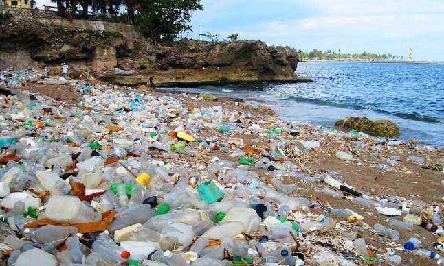 Indikatormalang.com - Sadar atau tidak, seringkali kita membuang botol plastik bekas softdrink sembarangan. Padahal dampaknya pada lingkungan sangat luar biasa.  Sampah plastik merupakan salah satu sampah yang susah untuk diurai secara alami. Alam membutuhkah waktu selama kurang lebih 200 - 500 tahun untuk mengurai sampah plastik.  Sekarang mari kita hitung, berapa banyak sampah plastik yang  telah kita buang?. Bisa dibayangkan, berapa lama yang dibutuhkan alam untuk mengurainya?.  Pada umumnya botol plastik atau peralatan plastik yang kita gunakan untuk kebutuhan rumah tangga kita terbuat dari Plastik Konvensional. Plastik Konvensional ini dibuat melalui proses polimerisasi, yaitu menyusun dan membentuk secara sambung-menyambung bahan-bahan dasar plastik atau monomer.   Bahan dasar plastik biasanya terbuat dari bahan-bahan petrokimia dan minyak bumi (merupakan salah satu sumber daya alam yang tidak dapat diperbarui).  Dari susunan struktur kimianya, Plastik memiliki bobot molekul yang cukup tinggi serta mempunyai rantai ikatan yang kuat. Akibatnya, plastik konvensional membutuhkan waktu yang sangat lama untuk terurai secara alami, bisa mencapai ratusan tahun, seperti disebutkan di atas.   Sifatnya yang kuat, tahan terhadap korosi dan sifat insulasinya yang baik, juga menjadi salah satu faktor yang menyebabkan sulitnya untuk mengurai plastik.  Sampah plastik berbeda dengan sampah organik (sampah yang berasal dari mahkluk hidup), sampah makanan misalnya (kulit pisang, sayur-mayur, buah, rumput, dll).  Sampah organik dapat dengan mudah terurai oleh alam, melalui mikro-organisme. Sebaliknya sampah plastik tidak dapat diurai oleh mikro-organisme.  Susahnya mengurai sampah plastik  secara alami sangat berdampak bagi kehidupan manusia. Sampah plastik jika dibuang/ditimbun di sembarang tempat tanpa diolah akan membawa banyak masalah. Sampah plastik yang dibuang di sungai misalnya, akan terbawa arus dan tertimbun di saluran air, sehingga mengakibatkan banjir.  Cara terbaik 