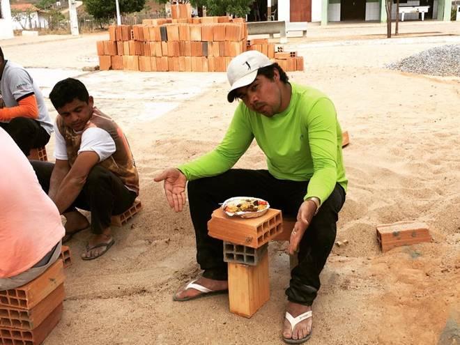 Samuel Mariano exibe uma mesa de tijolos