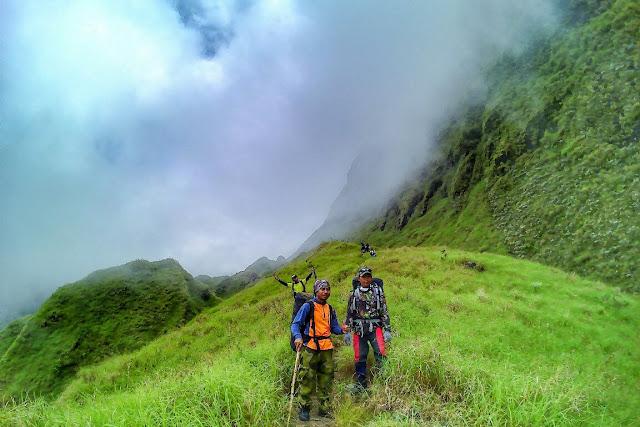 Foto keren pemandangan Para pendaki gunung Rinjani, Lombok