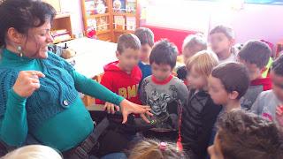 Τα παιδιά κοιτάνε τα κουμπιά από το ηλεκτροκίνητο αμαξίδιο
