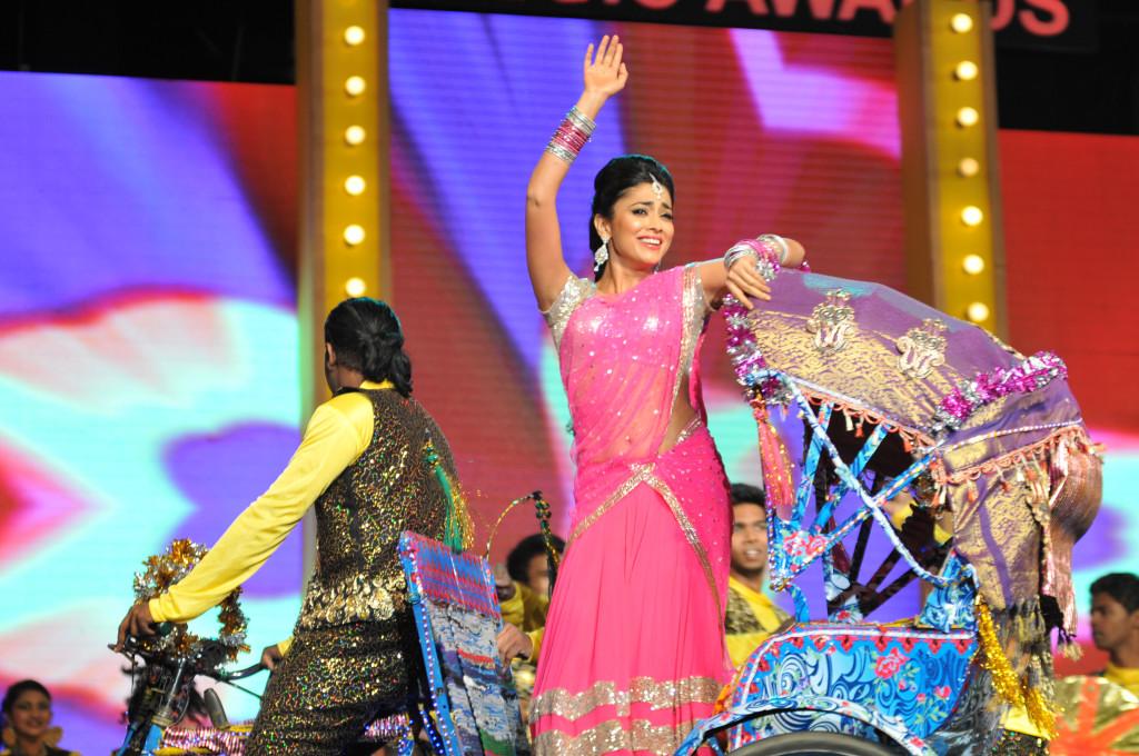 Gorgeous Shriya sharan performing at mirchi music awards