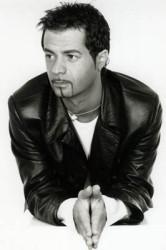 Fotografía de DJ DADO, en blanco y negro, con las manos juntas